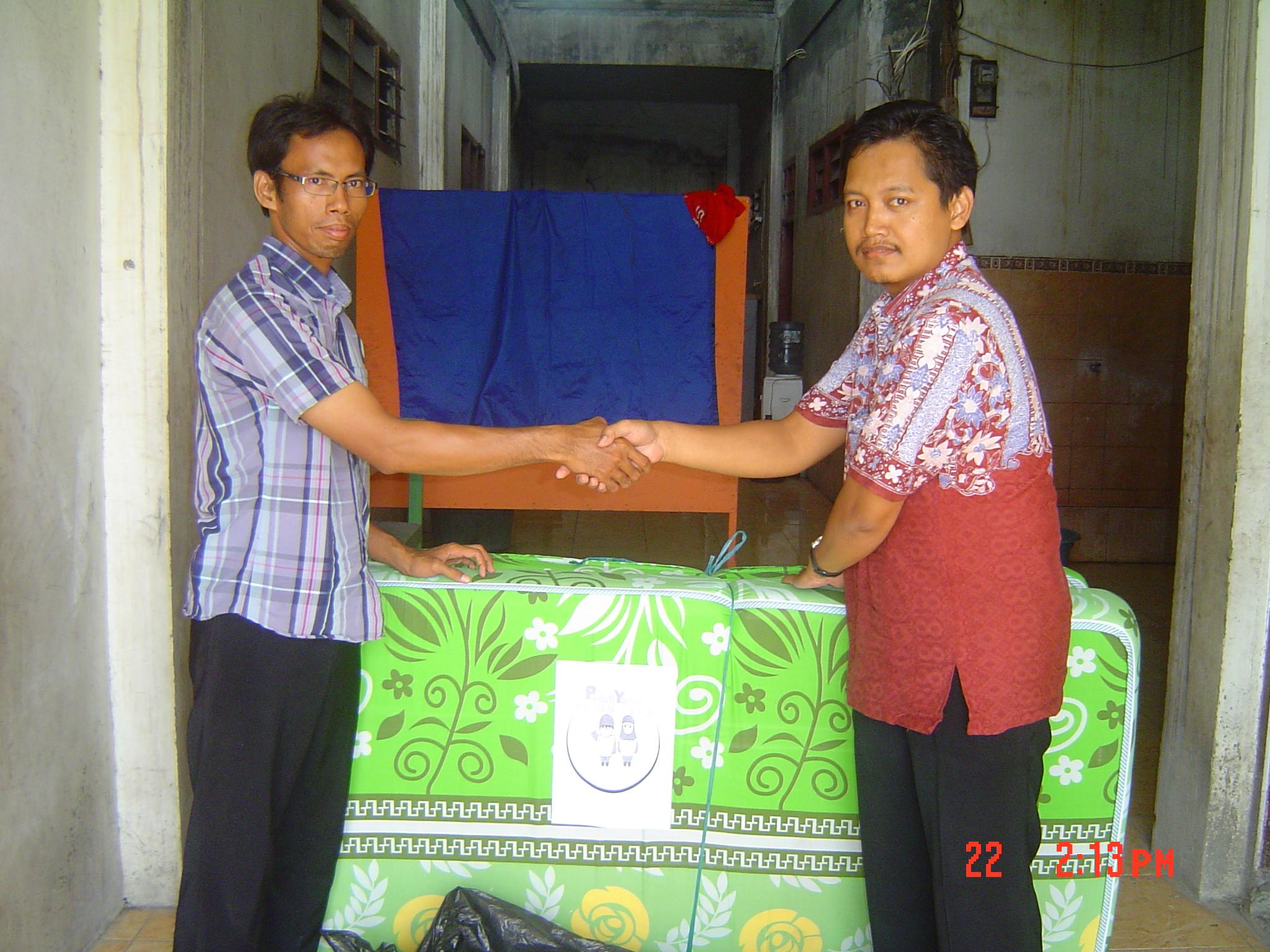 penyerahan barang bekas layak pakai (kasur busa dan karpet) ke PAY DARUSSALAM,  Rabu 21 Juli 2014